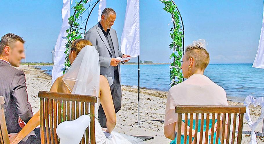 Trauungen außerhalb des Rathauses erfordern meist eigene Trauzeugen oder den Trauzeugen-Service von Heiraten.DK