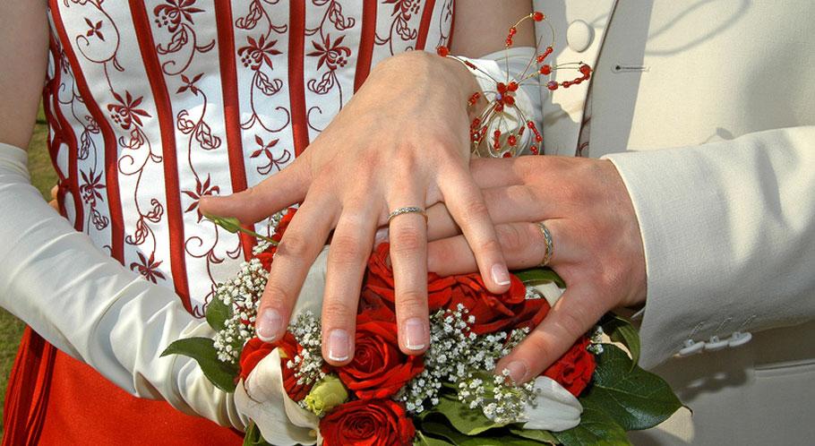 Frisch verheiratet – die Ringe funkeln