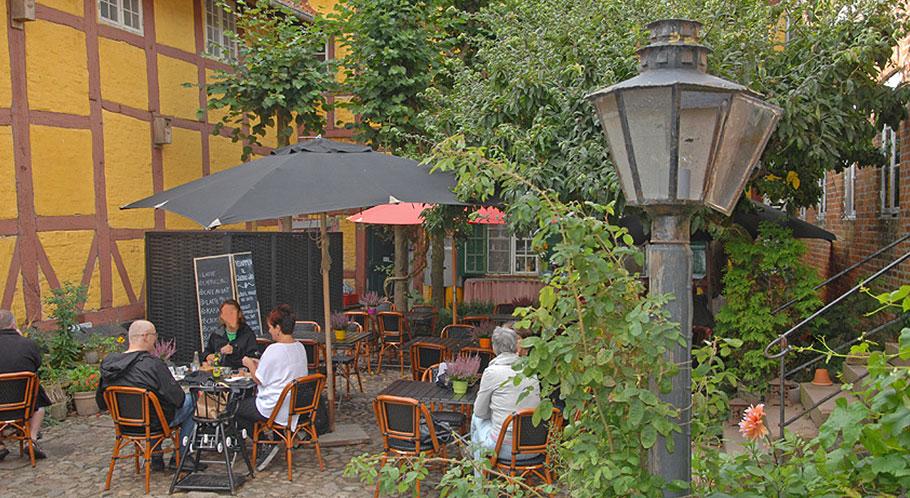 Herrlich abschalten lässt sich in gemütlich und gastlichen Innenhöfen der Altstadt