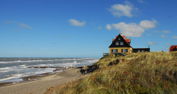 Der Dünenkante sehr nah – die Nordsee wird sich wohl auch dieses Haus holen