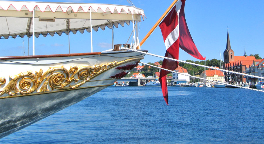 """Die königliche Yacht """"Dannebrog"""" hat in Sonderburgs Hafen festgemacht"""