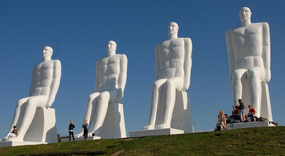 Neun Meter hoch ragt die monumentale Skulptur in den Himmel an Esbjergs Strand