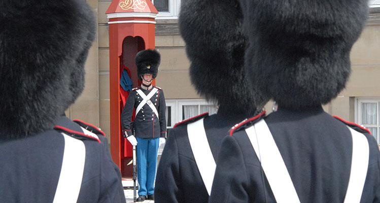 Soldaten der königlichen Garde unter Bärenfellmützen