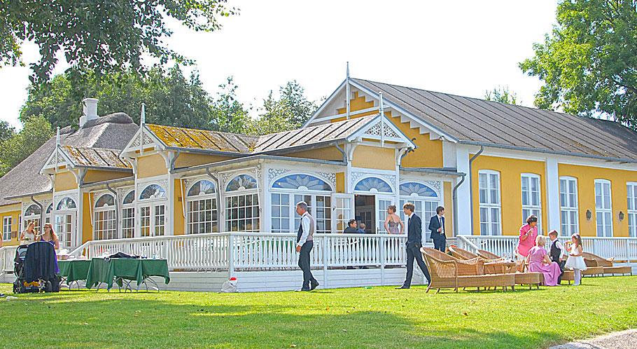 Für eine ländliche Hochzeit am Meer eignet sich ein Hotel im Bäderstil...