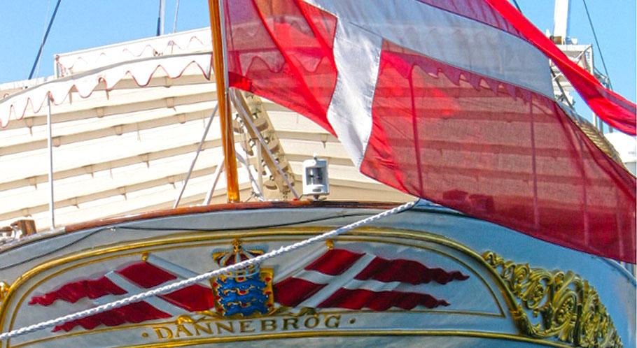 Königliche Yacht Dannebrog mit gleichnamiger Landesflagge